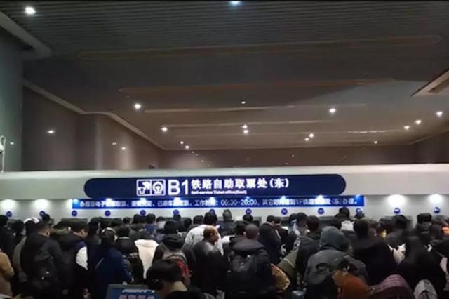 杭火车东站民警有点忙 借水借火借钱要求帮忙买车票