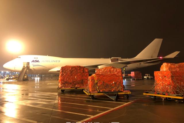 跨境电商复工 杭萧山机场首趟飞往欧洲的包机装货起飞