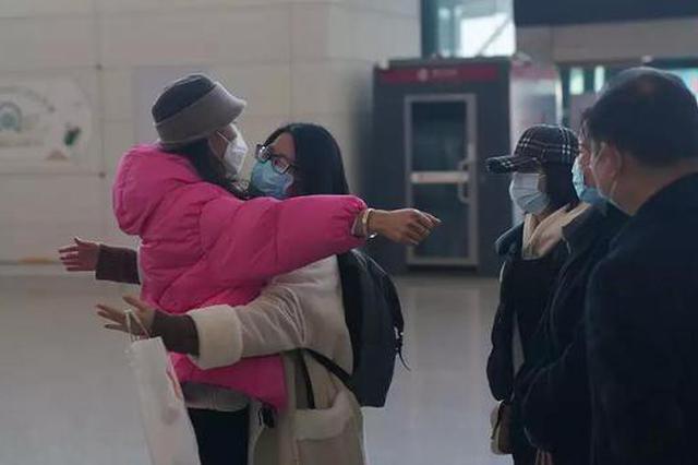 杭州首架包机往返3000公里 初次坐飞机的厨师大叔点赞