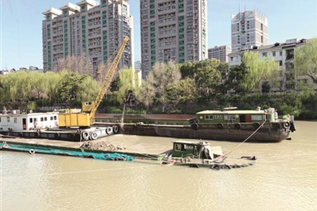京杭运河艮山门水域一艘运砂船下沉 港航部门连夜起吊