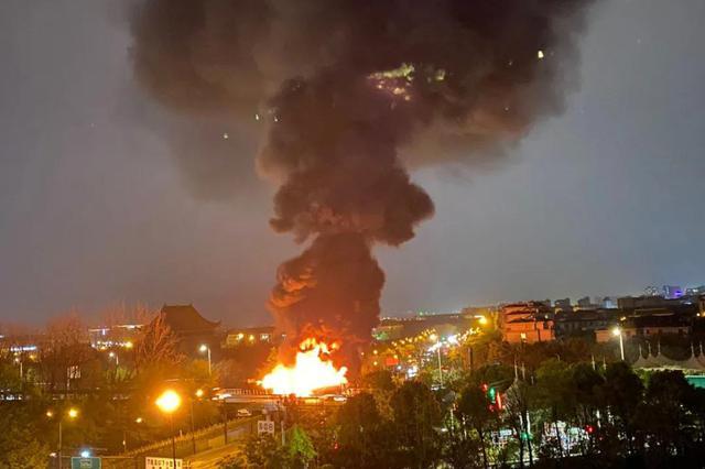 昨夜杭绕城西线五常收费站附近 两货车追尾燃起大火