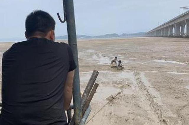 浙江女游客海边捡泥螺深陷淤泥 没过胸口情况紧急