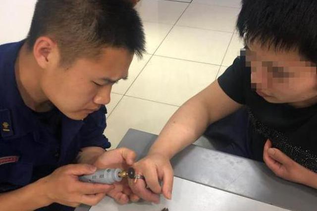 浙1男子手指被戒指卡牢充血肿胀 凌晨冲进消防队求助