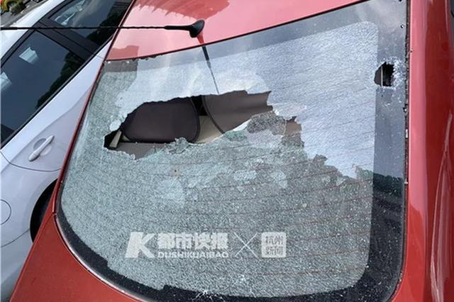 杭1车好好停在车位里 疑似被从天而降的酱油瓶砸碎玻璃