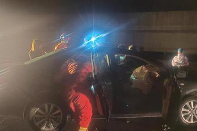 凌晨浙江一辆轿车撞上护栏 驾驶员与死神擦肩而过