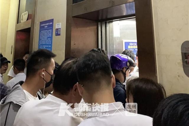 上下一趟要30分钟 杭州这座写字楼的电梯急哭外卖小哥