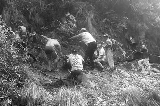 女驴友穿越龙王十八潭跌落悬崖 台州救援队上百人出动