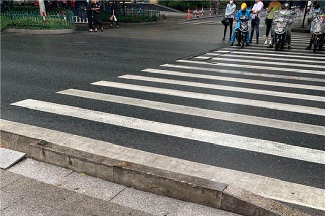 人行横道中间突然加高 杭州60岁阿姨被绊倒摔得不轻