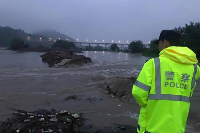 杭州一男子去夜钓 凌晨回家时发现路被冲走被困湖坝