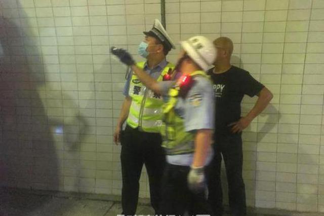 甬金高速1司机开车捡手机酿大祸 致半挂车碰撞隧道壁