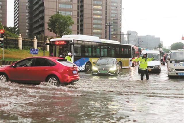 杭州晚高峰路口连续7辆车抛锚 过路市民冒雨抬车