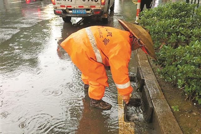 一场暴雨后路口大面积积水 环卫部门迅速启动应急保障