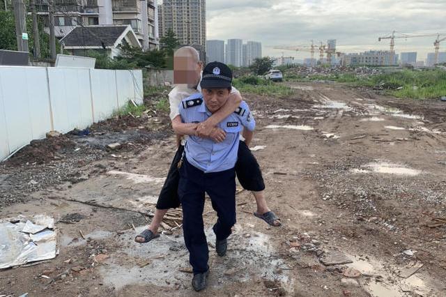 八旬老人被困泥地 杭州一位辅警老师傅一把背起救回