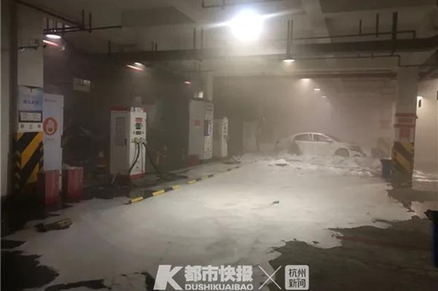 杭1小区地下车库突然起火 消防员连续救援累趴在地
