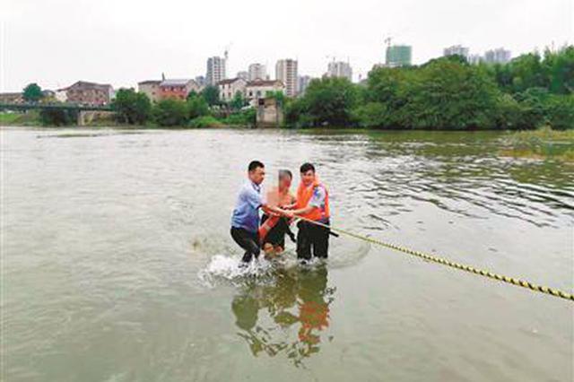 杭州1大伯贸然下水捞鱼却遇上游泄洪 民警紧急救援