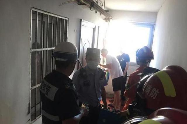 老式防盗门困住高考学子 杭州消防员破拆窗户救人