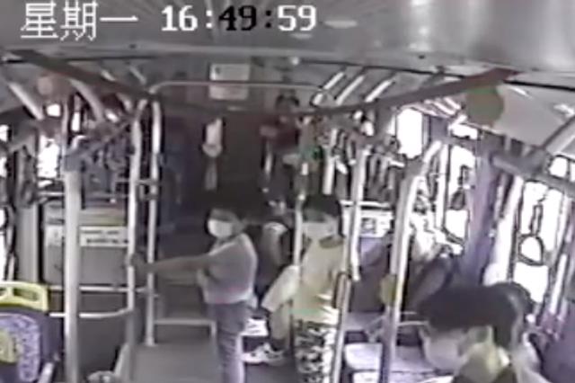 浙江女子朝让她戴口罩的公交司机吐口水