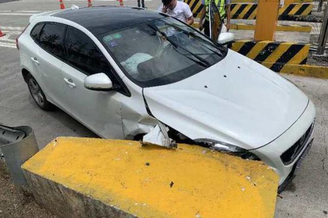 浙1轿车车头撞上收费通道防撞墩 致前轮碰撞变形
