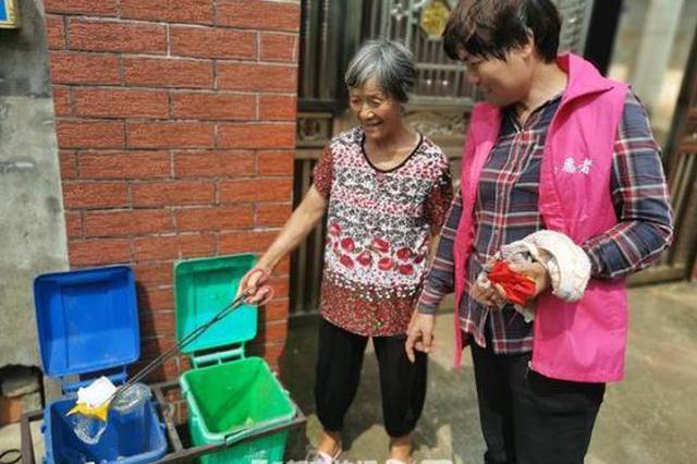 金华1年近古稀的老太手把手教邻居垃圾如何正确分类