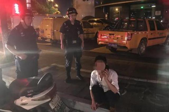 杭民警一晚上连捡两醉汉 其中一个大字型躺在机动车道