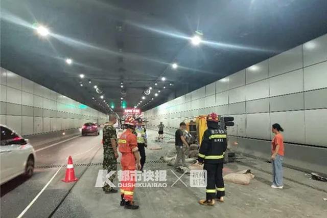 杭州一辆装有水泥的货车侧翻 水泥洒落隧道能见度低