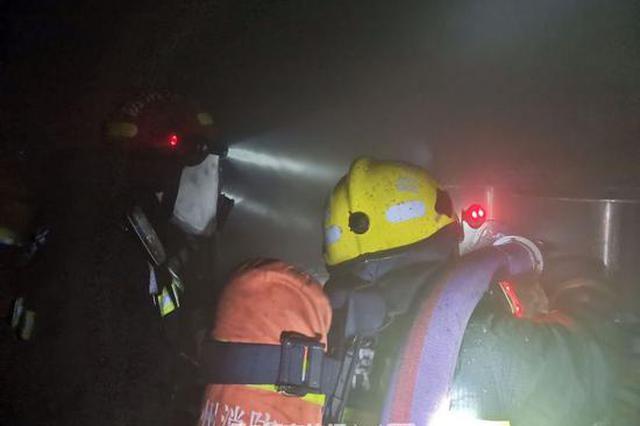 凌晨杭州朝晖一地下杂物间发生火灾 现场浓烟弥漫