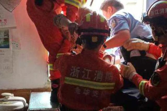 浙1老人爬上房顶困在5楼雨棚上 被消防员合力拉进室内