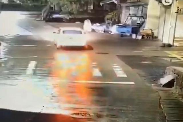 浙江一轿车行驶中坠入江水 司机1分钟不到爬杆自救