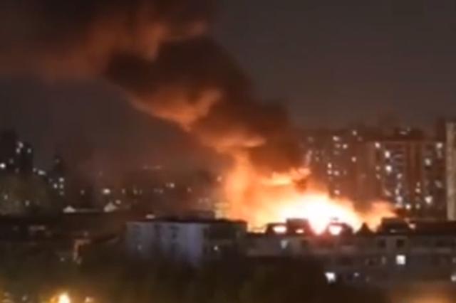杭州一居民楼顶楼火光冲天 所幸未造成人员伤亡
