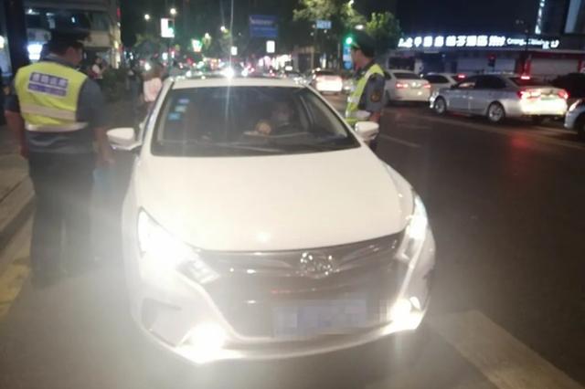 杭西湖景区周边开展出租车夜间整治 尤其是丝绸店门口
