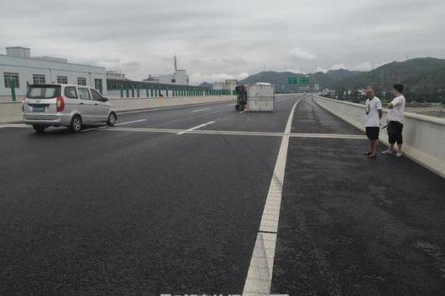 甬莞高速1小货车超载100% 高速上变道直接翻了车