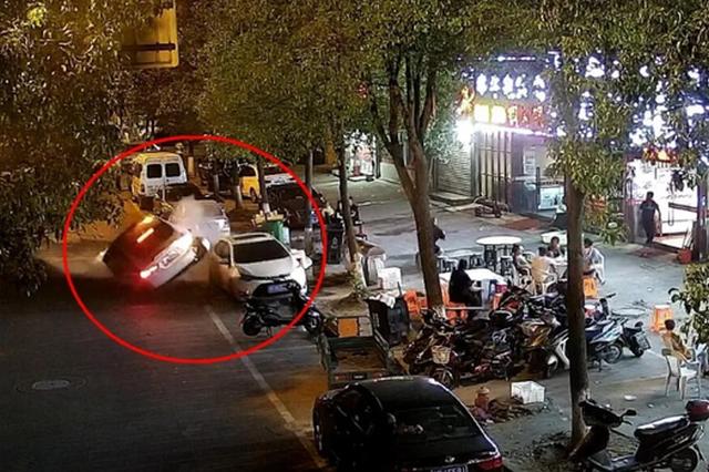 宁波一男子酒驾遇交警检查疯狂倒车冲卡 现场太惊险