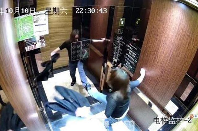 杭女子一斤杨梅酒下肚后大闹酒店 对着电梯门拳打脚踢