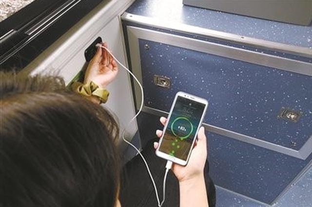 宁波公交车上手机能实现充电 乘客只需数据线即可充电