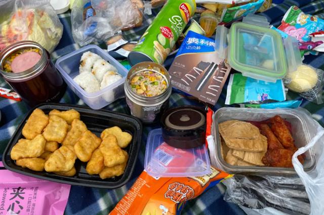 又到秋游季 杭州伢儿书包里都有些什么好吃的(图)