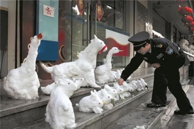 浙江那位玩雪人红遍全网的银行保安 开始玩泥雕了