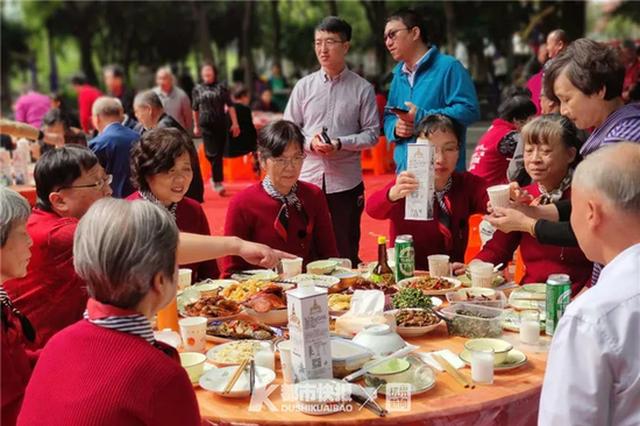 杭州流水西苑近百位邻居坐在一起聚餐:我们抱团养老