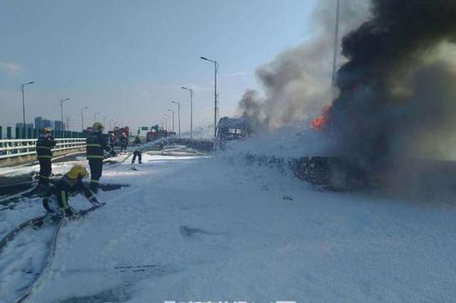 苏绍高速一化纤挂车突发大火 杭州49名消防员紧急处置