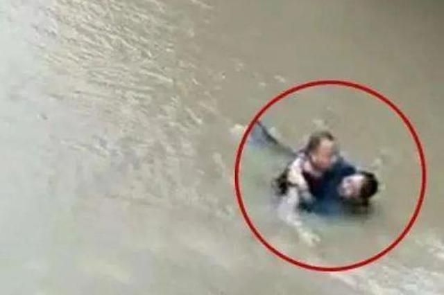 手上打着三块钢板的浙江老民警 跳入水中托起一条生命