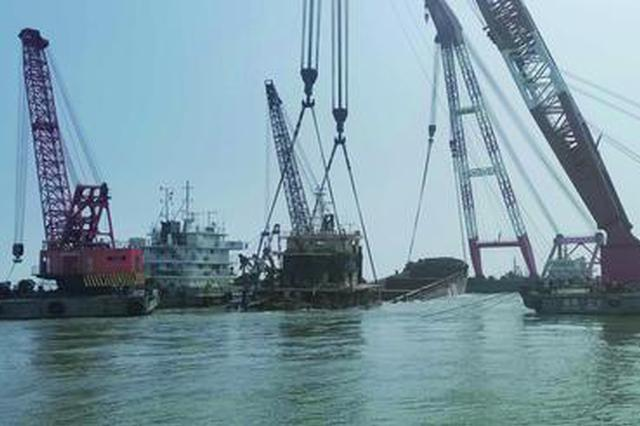 """象山一艘碍航沉船打捞出水 为沉没近一年的""""皖中海xx"""""""