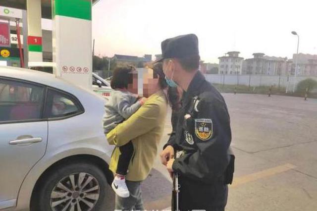 杭州一3岁小女孩被锁车内 民警引导孩子自救成功
