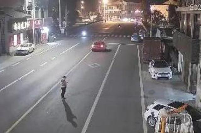 温州一男子停在马路中间玩手机被撞飞 案件正处理中