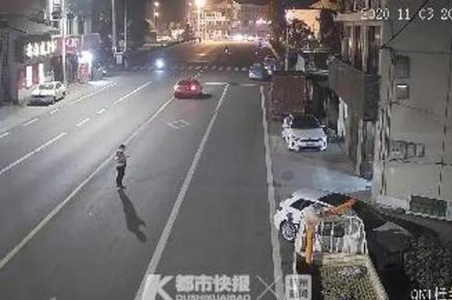 温州男子过马路玩手机还在路中停留 30秒后悲剧发生