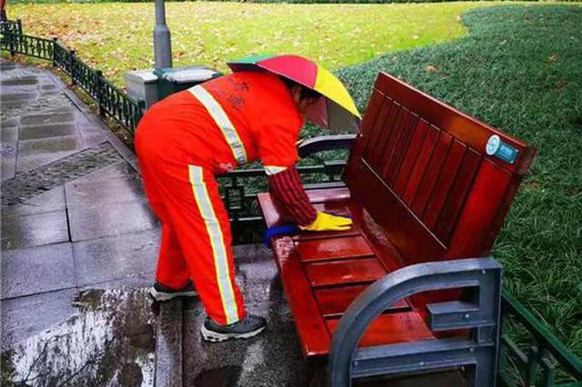 西湖边椅子为何雨后也是干的 一张照片揭开背后故事