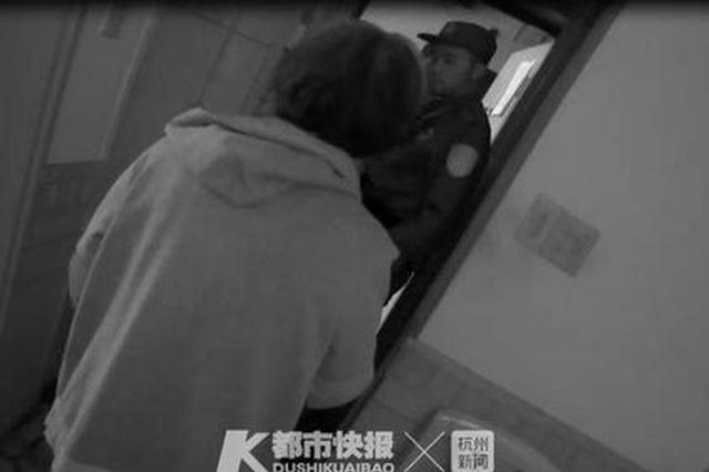 浙1独居老人拍门大声呼救 民警翻窗进屋后发现是误会