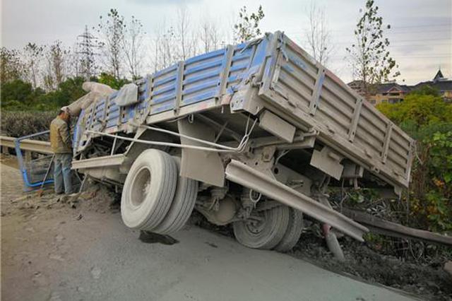 杭甬高速上货车侧翻撞进护栏 驾驶室里爬出了个泥人