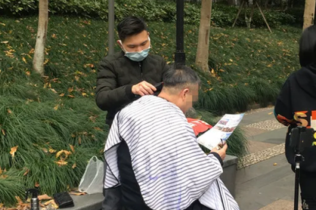 00后小伙肖申奥每天设好几个闹钟 早起为杭州老人理发