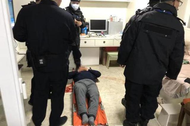 杭1大伯心脏病复发独自在家无法去医院 民警强行撞门