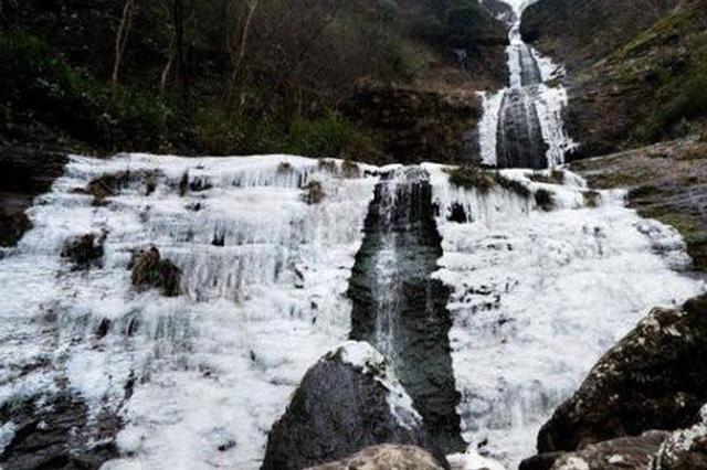 奉化溪口镇里村现冰瀑自然景观 吸引不少游客前去打卡