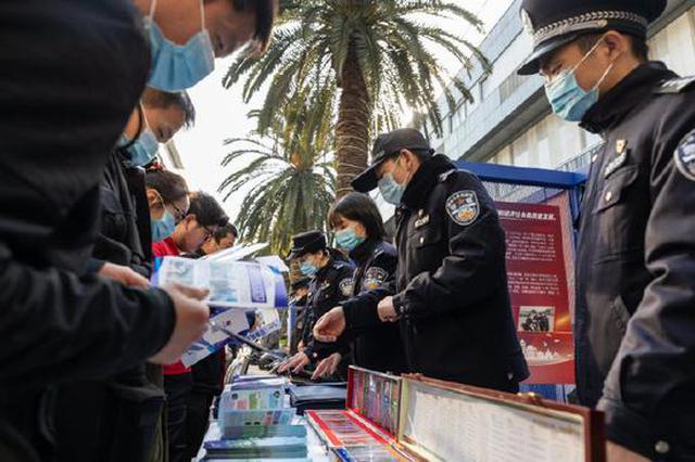 海曙区公安分局举办警风宣传展 展新时代公安亲民形象